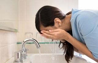 """Uzmanından """"Gözlerinizi beyaz sabunla yıkayın""""..."""
