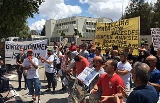 Güney Kıbrıs'ta çalışanlar kapıların açılması...