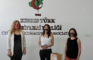 İşitme engellilerin iletişimi için şeffaf maske