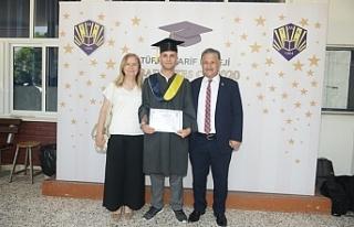 Pilli, oğluna diploma verdi