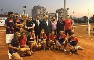 GAÜ Tenis Takımı şampiyonluk kupasını, Başbakan...