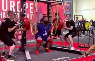 Rus halterci, 400 kilogram kaldırmaya çalışırken...