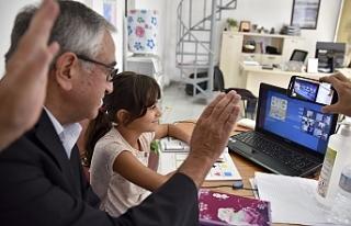 Akıncı, öğrenciler ile online derste