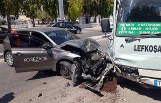 Karşı şeride geçip park halindeki minibüse çarptı