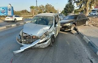 Karşı şeride geçen araç iki araca çarptı...