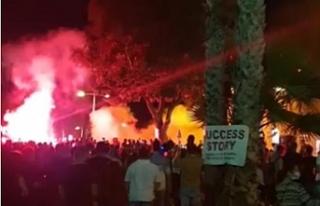 Limasol'da protestolar...Polis aracını yaktılar