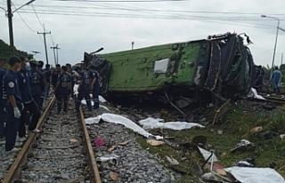 Tayland'da hemzemin geçitte tren otobüse çarptı:...