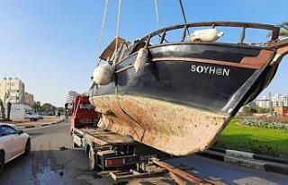 Gemi yolun içine devrildi