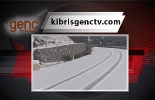 Bazı yollarda kar yağışı trafiği etkiledi