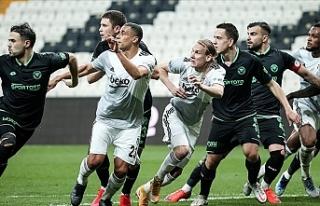 Beşiktaş 10 kişiyle zirveye tutundu