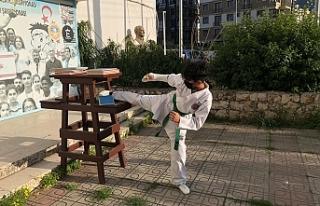 Taekwondocular açık havada kırdı