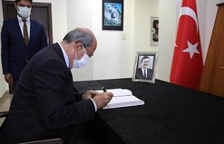 Tatar, Akbulut için açılan taziye defterini imzaladı