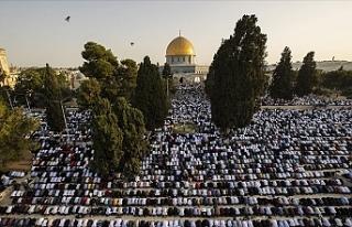 On binlerce kişi Mescid-i Aksa'da bayram namazı...