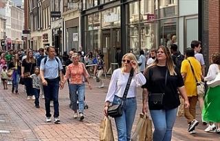 Hollanda'da sosyal mesafe kuralı dahil bir dizi...