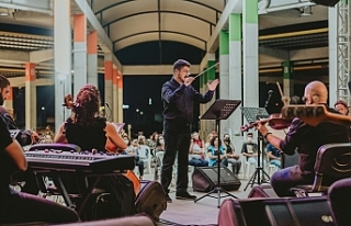 Lefkoşalılar, Lefkoşa Belediye Orkestrası eşliğinde...