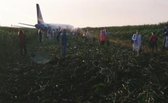 Kuş sürüsüne denk gelen Rus yolcu uçağı mısır tarlasına acil iniş yaptı