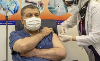 Türkiye'de ilk aşı Bakan Koca'ya yapıldı