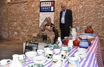 Sanatçı Eminağa, Girne Belediyesi Sanat Galerisi'nde atölye çalışması yapıyor