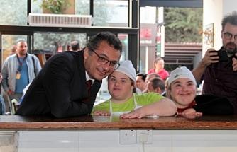 """Başbakan,  """"Dükkân sizin çocuklar"""" etkinliğinde gençler ile biraraya geldi"""
