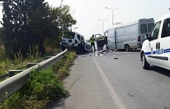 Karşı şeride geçti, 2 araca çarptı!: 4 kişi yaralı
