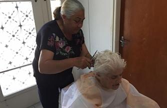 Alsancak Belediyesi, yaşlılara evde kuaför ve berber hizmeti veriyor