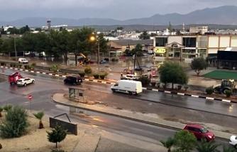 Lefkoşa'da yağışın etksiyle yol trafiğe kapandı