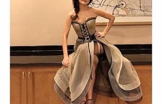 Derin yırtmaçlı elbisesiyle poz veren Şevval Sam frikik vermekten kurtulamadı