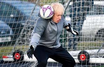 İngiltere Başbakanı Johnson çocuklarla futbol oynadı