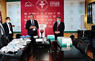 """""""Bakan Çavuşoğlu, öğretmenler tarafından sağlık çalışanları için üretilen tıbbi malzemeleri Bakan Pilli'ye teslim etti"""""""