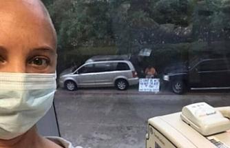 'Seni seviyorum' yazısıyla hastanenin önünde bekliyor