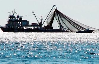 Karpaz açıklarında görünen büyük balıkçı tekneleri bölge halkını tedirgin ediyor