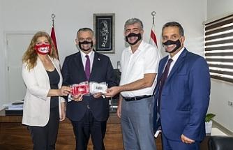 """KİKEV özel eğitim kurumlarına """"şeffaf maske"""" bağışladı"""