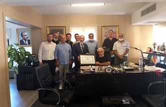 İŞAD'dan Mustafa Hacı Ali'ye onursal üyelik şildi