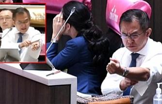 Hükümete tepki gösteren milletvekili, kürsüde kolunu kesip kanını akıttı