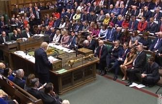 İngiliz Parlamentosu, Kovid-19'la mücadele kapsamında hükümetin '3 aşamalı önlem' kararını onayladı