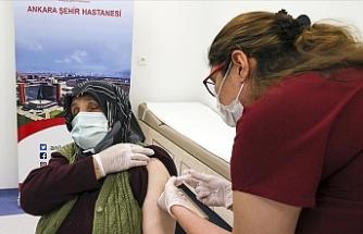 Türkiye'de 75 yaş üzerindeki kişilerin aşılanmasına başlandı
