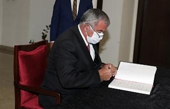Sennaroğlu, taziye defterini imzaladı