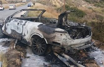 Trafik kazasında alev alan araba, tamamen yandı