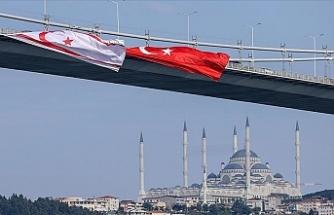 15 Temmuz Şehitler Köprüsü'ne Türkiye ve KKTC bayrağı asıldı