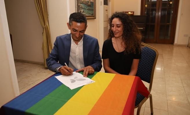 """""""LGBTİ+ DOSTU BELEDİYECİLİK PROTOKOLÜ""""NÜ BİROL KARAMAN DA İMZALADI"""