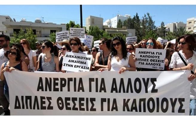 RUM ÖĞRETMENLER PROTESTO EYLEMİ GERÇEKLEŞTİRİYOR