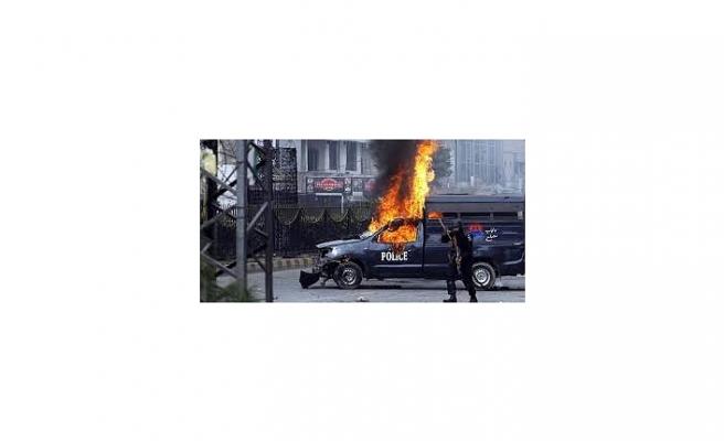 PAKİSTAN'DA POLİSE SALDIRI: 3 ÖLÜ