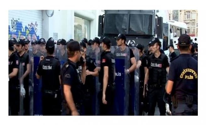 TAKSİM'DE İZİNSİZ GÖSTERİYE POLİS MÜDAHALESİ