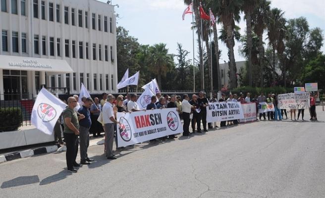 HAK-SEN VE VERGİ-SEN BAŞBAKANLIK ÖNÜNDE PROTESTO EYLEMİ YAPTI