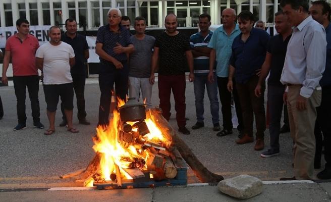 """HÜR-İŞ FEDERASYONU BAŞBAKANLIK ÖNÜNDE """"MUTFAK ATEŞİ"""" YAKTI"""