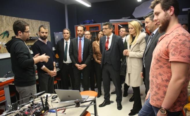 """Başbakan, """"İTÜ Çekirdek Erken Kuluçka Merkezi""""nde incelemelerde bulundu"""