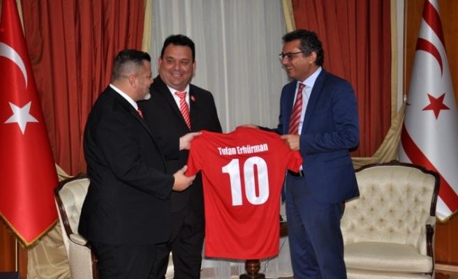 Erhürman, Londra Türk Toplumu Futbol Federasyonu kafilesini kabul etti
