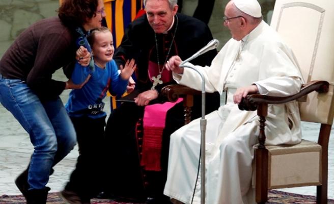 Papa Francis'in Vatikan'da yaptığı ayine sahneye atlayan çocuk damga vurdu
