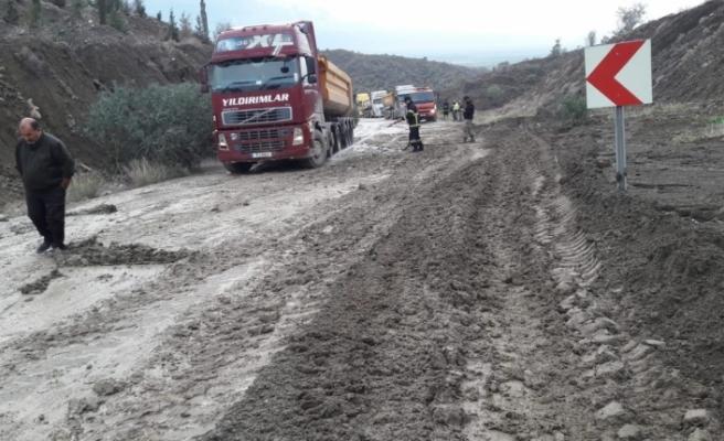 Dağ yolunda toprak kayması
