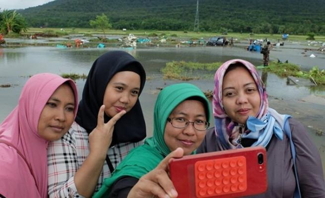 Endonezya'da 500'e yakın kişinin öldüğü afet bölgesine gidip 'selfie' çektiler